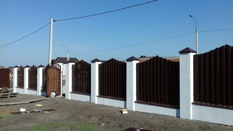 по-деревенски забор с белыми столбами фото асмус